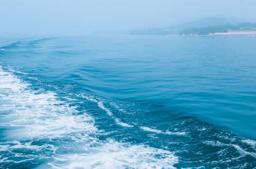 你问我想要去何方,我指着大海的方向